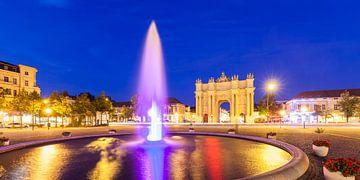 Brandenburger Tor in Potsdam bij nacht van Werner Dieterich