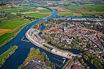 Luchtfoto van Doesburg aan de IJssel rivier van Frans Lemmens