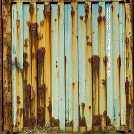 Vervallen Zeecontainers met roest van Peter Bolman