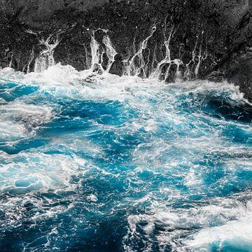 Blauwe oceaangolven en zwarte rotsen van Dirk Wüstenhagen