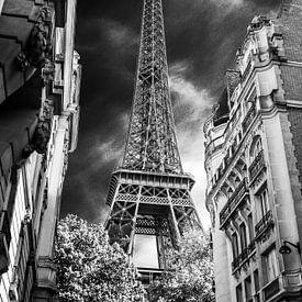 Eifeltoren Parijs vanuit steeg zwart wit net even anders van Martin Albers Photography