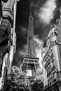 Eifeltoren Parijs vanuit steeg zwart wit net even anders