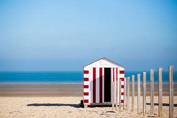 Rood strandhuisje aan de Belgische kust van Evelien Oerlemans