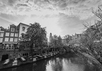 """""""Uitzicht over de Oude Gracht"""" en Dom in Utrecht (Zwart-wit) van Kaj Hendriks"""
