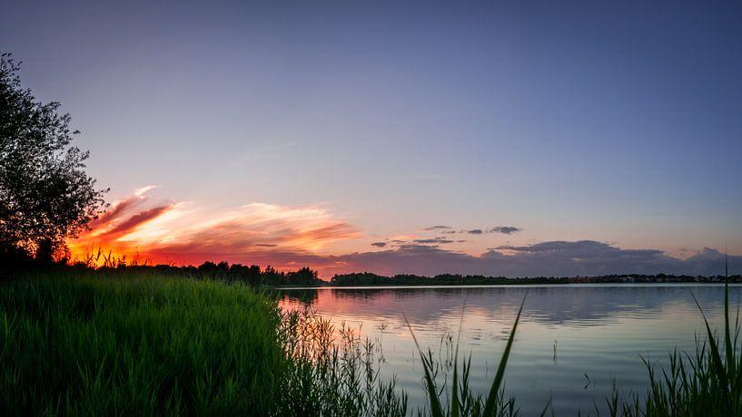Sunset with burning sun sur Roy Kosmeijer