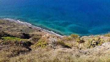 Geschwungene Küste von Madeira mit türkis-blauem Wasser von Hans-Heinrich Runge