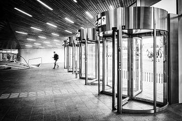 Karusselltüren im Hauptbahnhof Arnheim in schwarz-weiß von Bart Ros