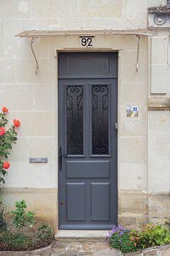 Französische Tür mit zarten roten Rosen.