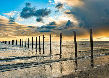Bedrohlicher Himmel über dem Meer Maasvlakte-Strand bei Sonnenuntergang von Marjolein van Middelkoop