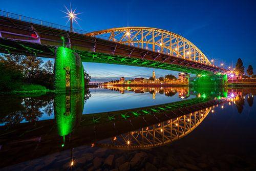 Avondfoto van stadsgezicht Arnhem en John Frostbrug