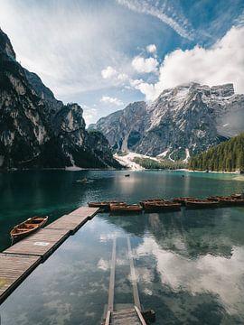 Hut kristallklares blaues Wasser des Pragser Wildsees / Pragser Wildsee / Pragser Wildsee in den Dol von Michiel Dros