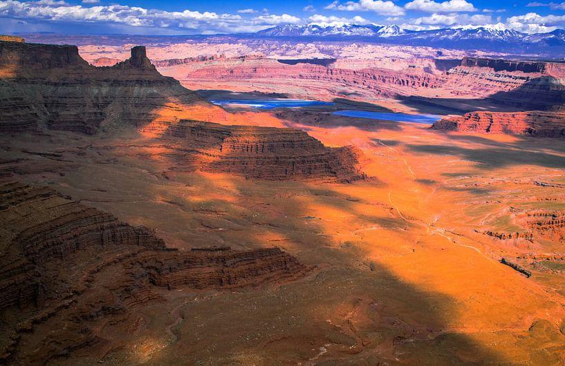 Blauwe wolkenlucht boven Canyonlands National Park, Utah van Rietje Bulthuis