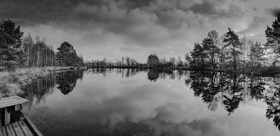 Donkere wolken boven een meertje