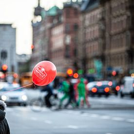 een rood ballonetje  in Kopenhagen van Eric van Nieuwland