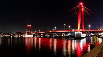 De Willemsbrug in Rotterdam bij avondlicht. van Henk Van Nunen