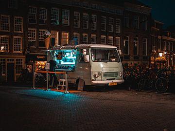 Tijd voor een ijsje op een zomeravond van Bart van Lier