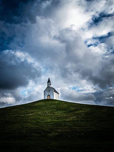 Het kleine kerkje op de heuvel van