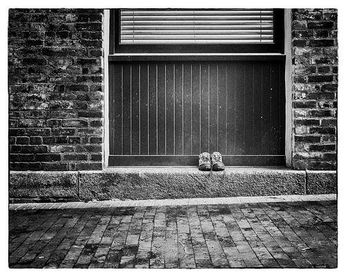 Paar schoenen in de straat van