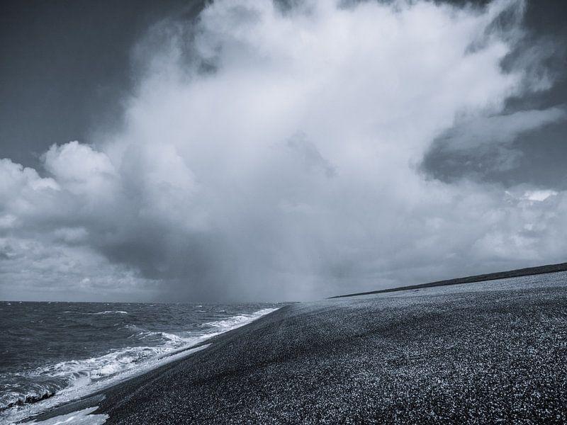Donkere wolken boven de wadden van Martijn Tilroe