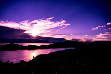 Paarse zonsopgang aan Lake Titicaca, Peru, Zuid Amerika van John Ozguc