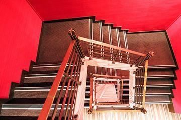 Vierkant rood trappenhuis von Dennis van de Water