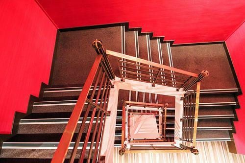 Vierkant rood trappenhuis van