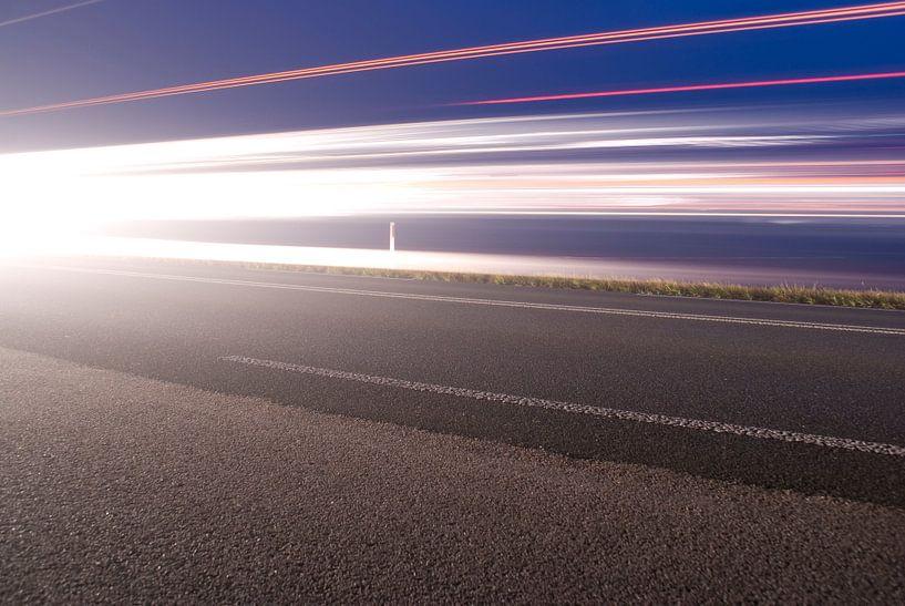 Langs de kant van de weg met meer koplampen van Bas Smit