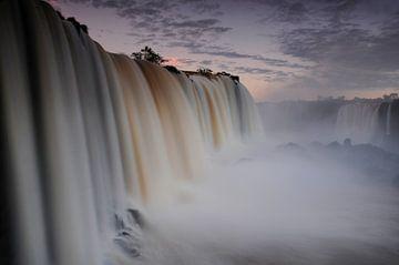 Watervallen in Iguaçu National Park von Fotografie door Menno