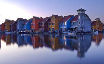 Bunte Häuser auf dem Wasser bei Reitdiephaven (Groningen) von Hannon Queiroz