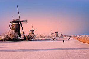 Schaatsen op Kinderdijk bij zonsondergang in Nederland
