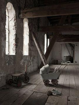 Alter Dachboden mit Spielzeug von Herman Peters