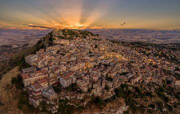 Siciliaans Dorp bij zonsondergang van Mario Calma