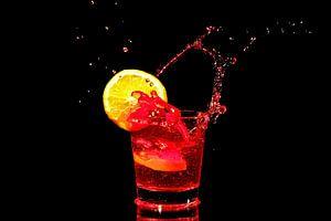 Rode wijn splash met een stukje sinaasappel van