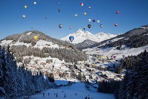 Heteluchtballons in de bergen van