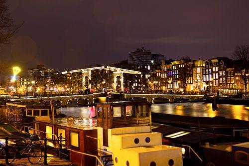 De Amstel brug met boten in Amsterdam  van Dexter Reijsmeijer