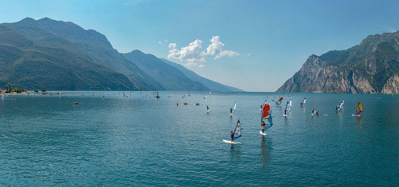 Windsurfen op het Gardameer, Torbole, Südtirol - Alto Adige, Italië van Rene van der Meer