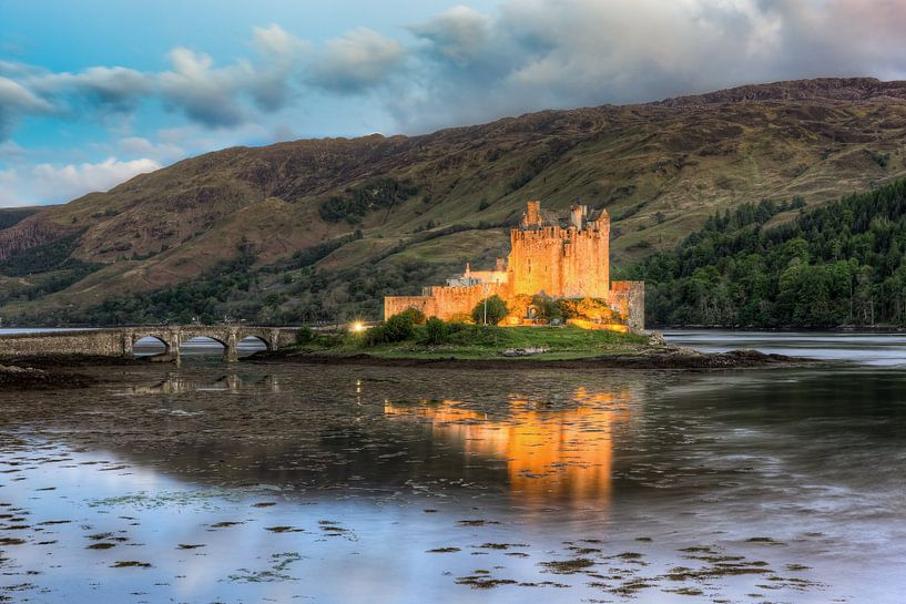 Eilean Donan Castle in the evening van Michael Valjak
