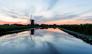 Zonsondergang bij oude windmolen in Kinderdijk