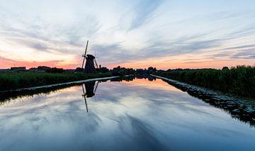 Zonsondergang bij oude windmolen in Kinderdijk van Marcel Krol