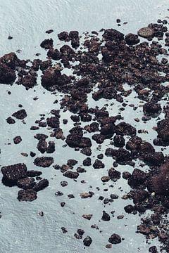 Felsen im Wasser von Tijmen Hobbel