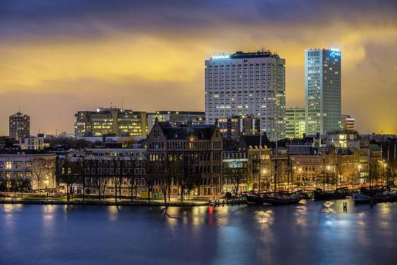 Avondfoto van de Veerhaven en Erasmus MC van Mark De Rooij