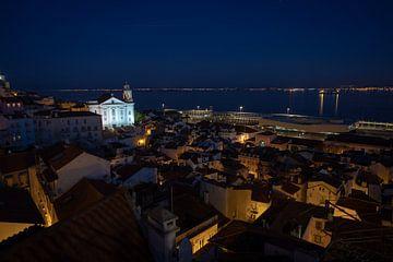 de lissabonse wijk Alfama bij nacht van Mark Lenoire