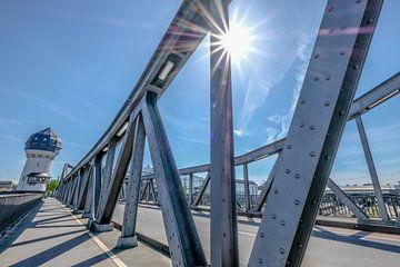 Eisenbahnbrücke im Sonnenschein von pixxelmixx