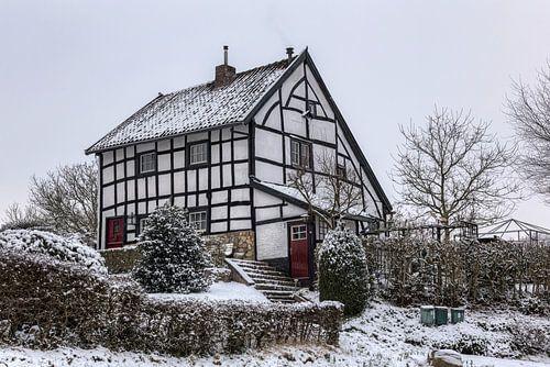 Vakwerkhuisjes in de sneeuw in Zuid-Limburg van