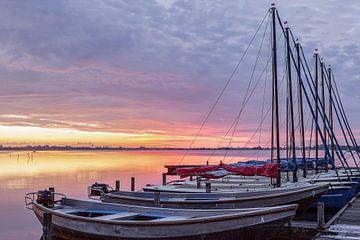 Kurz vor Sonnenaufgang Leekstermeer mit Segelbooten von R Smallenbroek