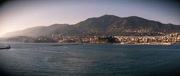 Panorama van Mitilini in Lesvos vanuit de ferry van
