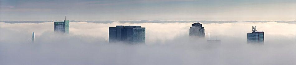Panorama wolkenkrabbers in de mist te Rotterdam