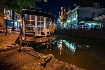 Péniche amarrée dans les canaux d'Alkmaar avec de vieilles cordes en face du marché aux poissons sur Fotografiecor .nl
