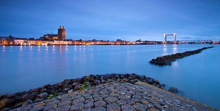 Skyline Dordrecht vanaf Zwijndrecht tijdens Schemering