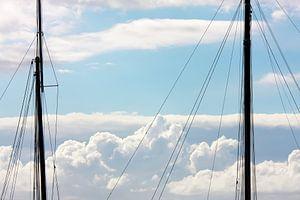 Twee masten en wolken